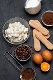 Συστατικά για το tiramisu μαγειρέματος - μπισκότα, mascarpone, τυρί, ζάχαρη, κακάο, καφές και αυγό μπισκότων Savoiardi στοκ εικόνα με δικαίωμα ελεύθερης χρήσης
