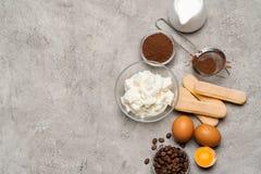 Συστατικά για το tiramisu μαγειρέματος - μπισκότα, mascarpone, τυρί, ζάχαρη, κακάο, καφές και αυγό μπισκότων Savoiardi στοκ εικόνα