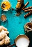 Συστατικά για turmeric latte στην κυανή κατακόρυφο υποβάθρου Στοκ εικόνες με δικαίωμα ελεύθερης χρήσης