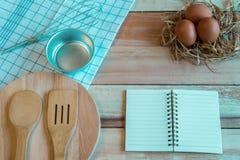 Συστατικά ημερολογίων και τροφίμων σημειωματάριων σε ένα ξύλινο πάτωμα Στοκ φωτογραφία με δικαίωμα ελεύθερης χρήσης
