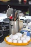 Συστατικά και μαγειρεύοντας εργαλεία σε έναν πίνακα σε ένα φλυτζάνι μετάλλων Στοκ φωτογραφία με δικαίωμα ελεύθερης χρήσης