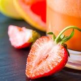 Συστατικά καταφερτζήδων γκρέιπφρουτ και φραουλών της Apple Στοκ φωτογραφία με δικαίωμα ελεύθερης χρήσης