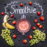Συστατικά καταφερτζήδων στο άσπρο ξύλινο υπόβαθρο, τοπ άποψη, σύνορα Φράουλες έννοιας τροφίμων διατροφής Superfoods και υγείας de Στοκ Φωτογραφίες