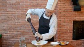 Συστατικά μιγμάτων αρχιμαγείρων για τη ζύμη, puttung αλάτι και πιπέρι στοκ εικόνα