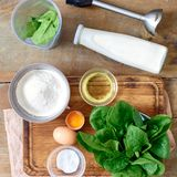 Συστατικά που μαγειρεύουν το σπανάκι γάλακτος πετρελαίου αυγών αλευριού τηγανιτών σπανακιού Στοκ Εικόνες