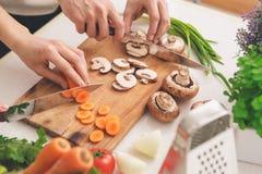 Συστατικά προετοιμασιών οικογενειακού μαγειρεύοντας γεύματος τέμνοντα μαζί Στοκ εικόνες με δικαίωμα ελεύθερης χρήσης