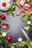 Συστατικά προετοιμασιών ραδικιών Υπόβαθρο τροφίμων με τα φρέσκα ζωηρόχρωμα ραδίκια κήπων, ξύλινο κουτάλι, μαχαίρι κουζινών, παλαι Στοκ Εικόνα