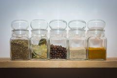 Συστατικά στο ξύλινο ράφι στα βάζα γυαλιού Στοκ φωτογραφία με δικαίωμα ελεύθερης χρήσης