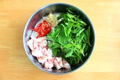 Συστατικά του ανακατώνω-τηγανισμένων χοιρινού κρέατος και του βασιλικού στοκ εικόνες