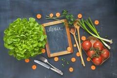 Συστατικά τροφίμων, εργαλεία κουζινών, μαύρος πίνακας για τις επιλογές Στοκ Φωτογραφίες