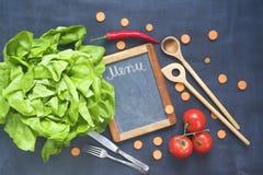 Συστατικά τροφίμων, εργαλεία κουζινών, μαύρος πίνακας Στοκ φωτογραφία με δικαίωμα ελεύθερης χρήσης