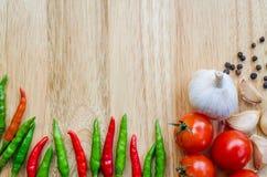Συστατικά τροφίμων στον τέμνοντα πίνακα Στοκ φωτογραφία με δικαίωμα ελεύθερης χρήσης