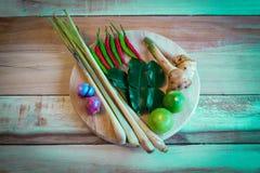 Συστατικά τροφίμων της Ταϊλάνδης για το TOM YUM σε ένα ξύλινο πάτωμα Στοκ φωτογραφία με δικαίωμα ελεύθερης χρήσης