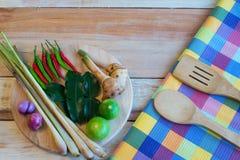 Συστατικά τροφίμων της Ταϊλάνδης για το TOM YUM σε ένα ξύλινο πάτωμα Στοκ Εικόνες