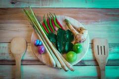 Συστατικά τροφίμων της Ταϊλάνδης για το TOM YUM σε ένα ξύλινο πάτωμα Στοκ εικόνα με δικαίωμα ελεύθερης χρήσης