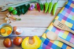 Συστατικά τροφίμων της Ταϊλάνδης σε ένα ξύλινο πάτωμα Τοπ όψη Στοκ Εικόνα