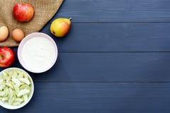 Συστατικά ψησίματος για την κατασκευή του κέικ μήλων Στοκ Φωτογραφίες