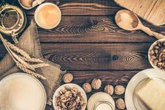 Συστατικά ψησίματος για τη σπιτική ζύμη στο σκοτεινό αγροτικό ξύλινο υπόβαθρο culinar στοκ εικόνα με δικαίωμα ελεύθερης χρήσης