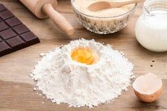 Συστατικά ψησίματος με το λέκιθο αυγών Στοκ Εικόνες