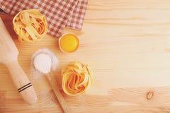 Συστατικά ψησίματος που κυλούν τα ζυμαρικά αυγών καρφιτσών Στοκ Εικόνες