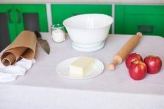 Συστατικά ψησίματος που τοποθετούνται στον πίνακα, έτοιμο για το μαγείρεμα Έννοια της προετοιμασίας τροφίμων, κουζίνα στο υπόβαθρ στοκ εικόνα με δικαίωμα ελεύθερης χρήσης