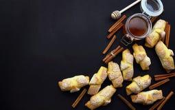 Συστατικά Croissant και αρτοποιείων στο σκοτεινό ξύλινο υπόβαθρο πασπαλίζοντας στοκ φωτογραφίες με δικαίωμα ελεύθερης χρήσης