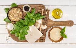 Συστατικά Pesto στους αγροτικούς πίνακες Στοκ φωτογραφίες με δικαίωμα ελεύθερης χρήσης
