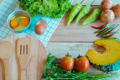 Συστατικά Vegetablea και τροφίμων σε ένα ξύλινο πάτωμα Τοπ όψη Στοκ Φωτογραφία