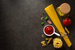 Συστατικό ζυμαρικών και τροφίμων στον πίνακα στοκ εικόνες