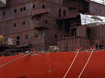 Συστολή θορίου του μεγάλου σκάφους στο λιμένα στην πόλη Pula Κροατία στοκ εικόνα
