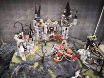 Συχνασμένη εισβολή έκθεσης του Castle - Lego των γιγάντων στοκ φωτογραφία