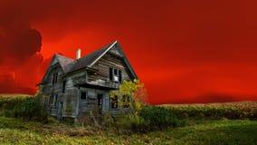 Συχνασμένο σπίτι αποκριών, τρομακτικό σπίτι, κόκκινος ουρανός απόθεμα βίντεο