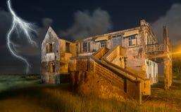Συχνασμένο σπίτι με την αστραπή και το απαρατήρητο φάντασμα στοκ φωτογραφία