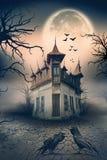 Συχνασμένο σπίτι με τους κόρακες και τη σκηνή φρίκης Στοκ εικόνα με δικαίωμα ελεύθερης χρήσης
