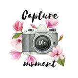 Συλλάβετε τη στιγμή Εκλεκτής ποιότητας λουλούδια καμερών και magnolia φωτογραφιών Watercolor με την εγγραφή Συρμένο χέρι λογότυπο ελεύθερη απεικόνιση δικαιώματος