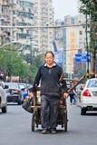 Συλλέκτης απορριμμάτων στην οδό, Dalian, Κίνα Στοκ Εικόνες