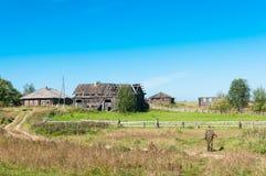 Συλλεκτική μηχανή μανιταριών και εγκαταλειμμένο χωριό Στοκ φωτογραφία με δικαίωμα ελεύθερης χρήσης