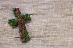 Συλληπητήρια: ξύλινος χειροποίητος σταυρός σε ένα υπόβαθρο Στοκ Φωτογραφίες