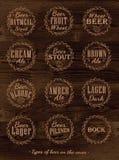 Συλλογή αφισών των καλυμμάτων μπύρας. Σκοτεινό ξύλο. Στοκ Φωτογραφία