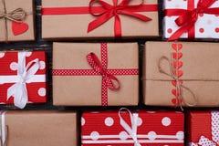 Συλλογή εννέα τυλιγμένων κιβωτίων δώρων του διαφορετικών χρώματος και του sha Στοκ Φωτογραφία