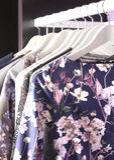 Συλλογή ενδυμάτων στις κρεμάστρες στο κατάστημα μόδας Στοκ Εικόνες
