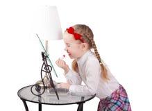 Συλλογή μόδας: Λατρευτό μικρό κορίτσι με το κραγιόν που απομονώνεται Στοκ Φωτογραφίες