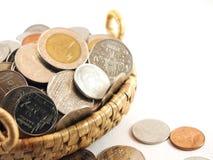 Συλλογή νομισμάτων πλήρως, στο καλάθι ύφανσης Στοκ εικόνα με δικαίωμα ελεύθερης χρήσης