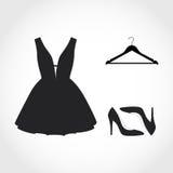 συλλογή του μαύρων φορέματος, της κρεμάστρας και των παπουτσιών απεικόνιση αποθεμάτων