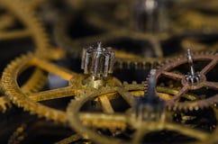 Συλλογή των εκλεκτής ποιότητας μεταλλικών εργαλείων ρολογιών σε μια μαύρη επιφάνεια Στοκ εικόνες με δικαίωμα ελεύθερης χρήσης