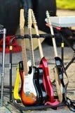 Συλλογή των ηλεκτρικών κιθάρων σε μια στάση Στοκ εικόνες με δικαίωμα ελεύθερης χρήσης