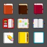 Συλλογή των διάφορων ανοικτών και κλειστών σημειωματάριων, ημερολόγιο, sketchpad, ατζέντα Σύνολο διαφορετικών σημειωματάριων και  Στοκ Φωτογραφία