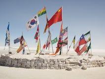 Συλλογή των διεθνών σημαιών στη βολιβιανή έρημο Στοκ Φωτογραφίες