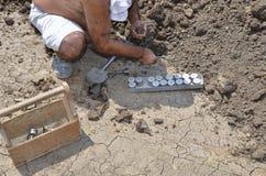 Συλλογή των υπόγειων δειγμάτων από το τρυπημένο με τρυπάνι ειδικό έτοιμο σημείο αξιολόγησης στοκ φωτογραφία με δικαίωμα ελεύθερης χρήσης