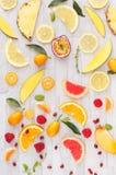 Συλλογή των φρέσκων κίτρινων, πορτοκαλιών και κόκκινων φρούτων Στοκ φωτογραφία με δικαίωμα ελεύθερης χρήσης